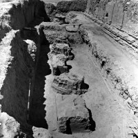 Upper Terrace, the row of stupas and thrones during excavation (MNAOR 3411 CS 1799-6)05-Stupa 7 (in the fore), Stupa  8 (in the middle) and Throne 6 (neg 7410-7)