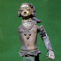 Male gilded figure with long hair, bracelet and necklace, reconstructed from many fragments - TS 1850